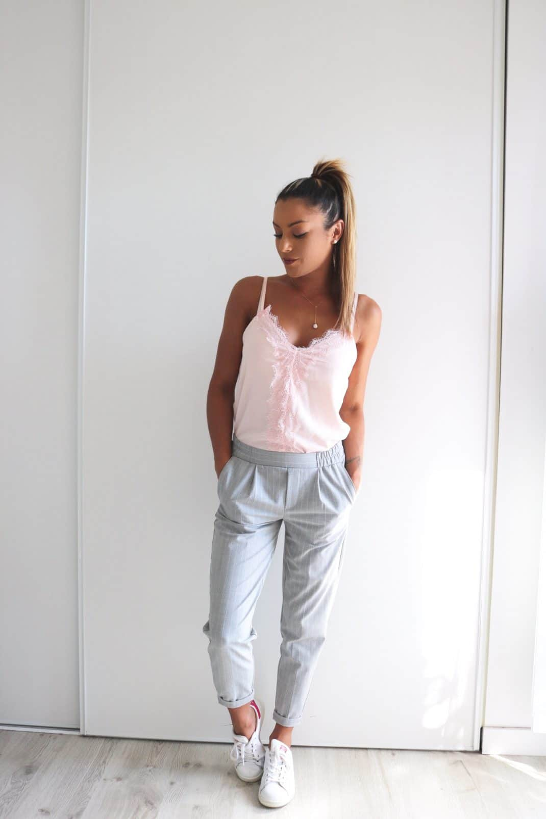 Pantalon tailleur jogger et Stan Smith